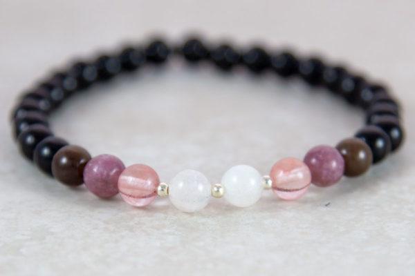 Armbånd med sort obsidian og rosa toner