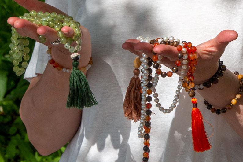 Joyann Nielsen med mala meditationskæder i hænderne
